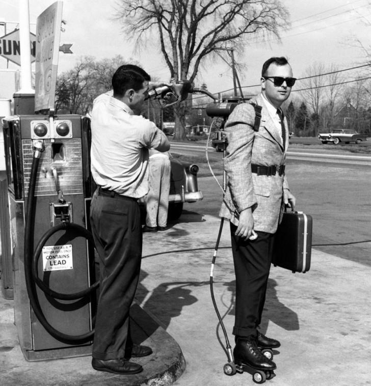 Sprzedawca tankuje paliwo do swoich wrotek (1961)