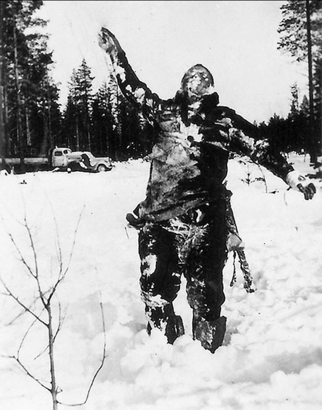 Zamarznięty żołnierz sowiecki ustawiony przez Finów w celu wystraszenia Sowietów
