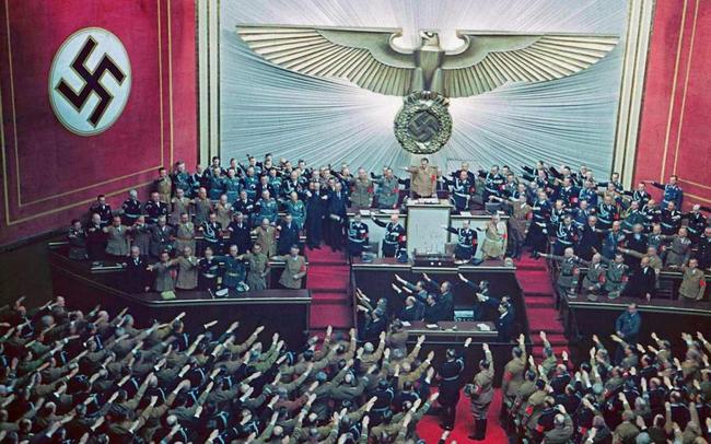 Owacje po udanej aneksji Austrii przez Hitlera, 1938 (w kolorze)