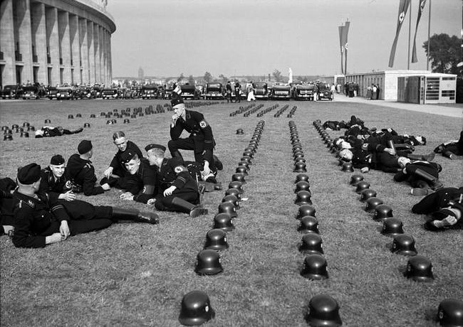 Grupa SS-manów odpoczywa w czasie olimpiady w Berlinie, 1936