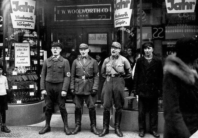 Naziści śpiewają by zachęcić do bojkotu sklepów żydowskich, 1933