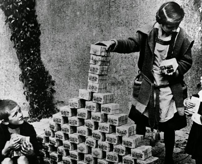 Niemieckie dziecko bawi się plikami banknotów w czasie hiperinflacji w Republice Weimarskiej, 1922
