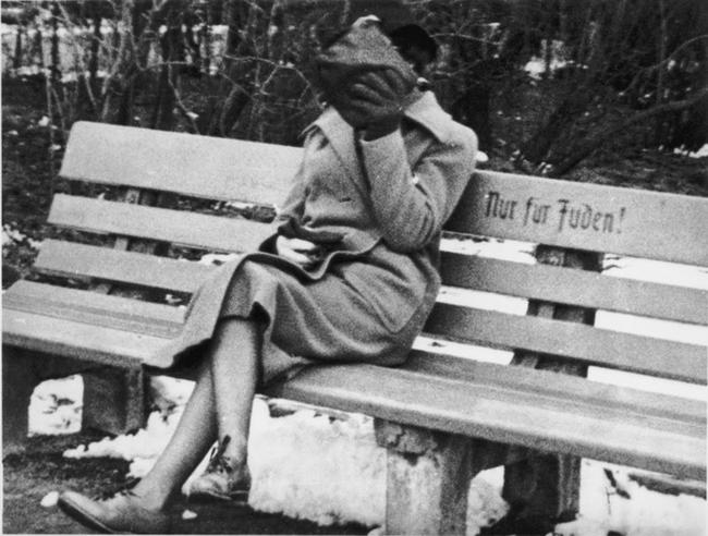 """Żydówka siedząca na ławce z napisem """"wyłącznie dla żydów"""", 1938"""