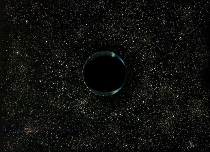 Czarna dziura - spód szklanki z kawą, sól, cukier, cynamon, mąka.