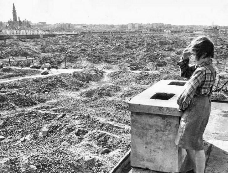 Dziewczyna spoglądająca na ruiny Warszawy, 1945 rok