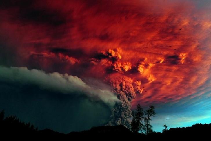 Krwawy zachód Słońca – efekt odbicia promieni od wulkanicznego pyłu