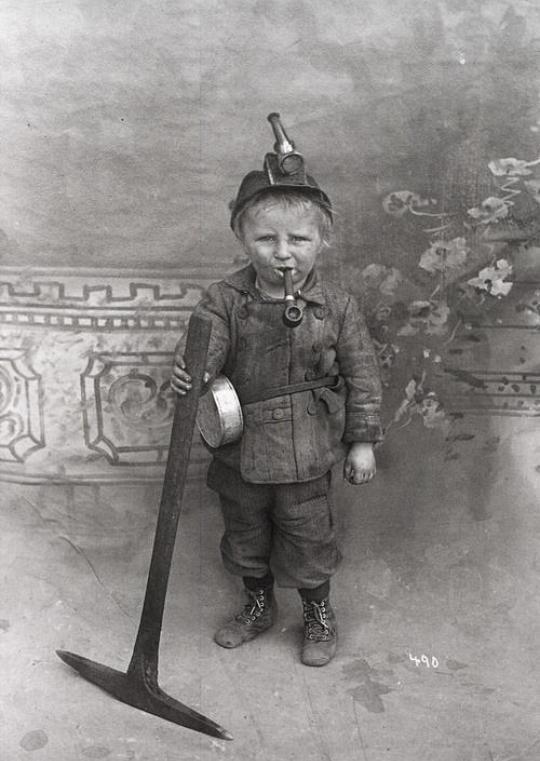 Ośmioletni górnik przed swoją zmianą, początek XX wieku