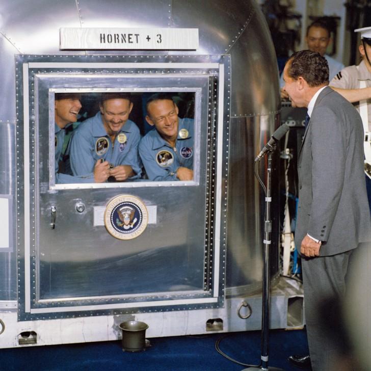 Prezydent Nixon odwiedza załogę Apollo 11, która odbywa kwarantannę po powrocie na Ziemię. Lipiec 1969