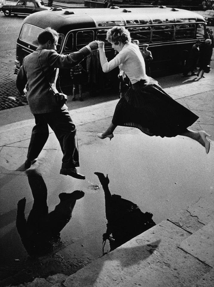 Wbrew powszechnemu przekonaniu, dawniej niekonieczne trzeba było płaszcza, by pomóc niewieście w potrzebie (fot. Henri Cartier-Bresson)