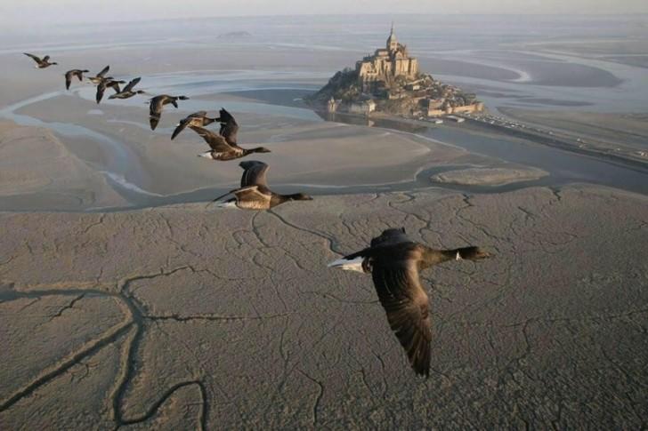 Wzgórze Świętego Michała (Mont Saint-Michel), w południowo-zachodniej Normandii. Z lotu ptaka