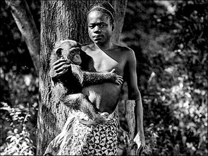 Pigmejka Ota Benga prezentowana w zoo w Nowym Jorku, zdjęcie zrobiono w 1906 roku.
