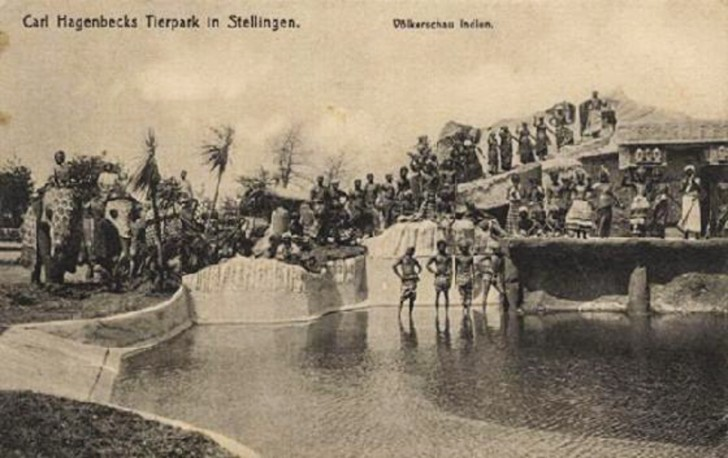 """Azjaci, Afrykanie i inni """"dzicy"""" byli często umieszczani w specjalnej scenerii imitującej ich naturalne warunki."""