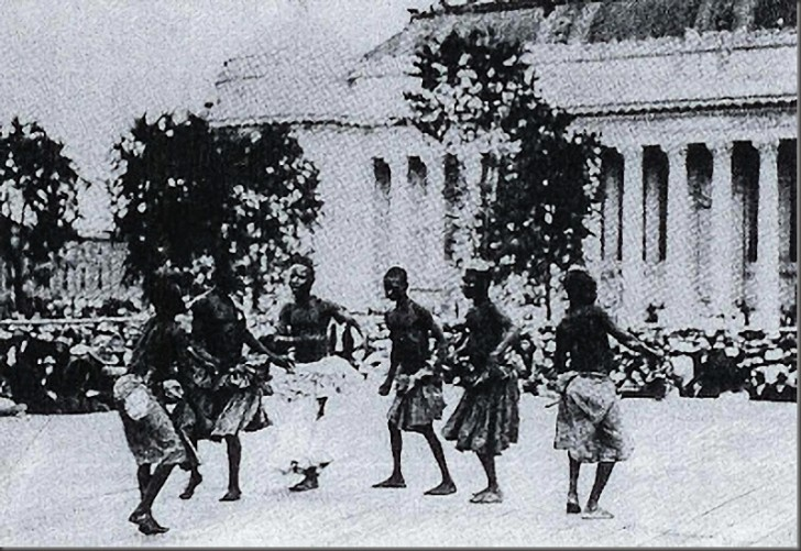 Pigmeje szczególnie często byli zmuszani do odbywania tańców podczas swoich pokazów w zoo.