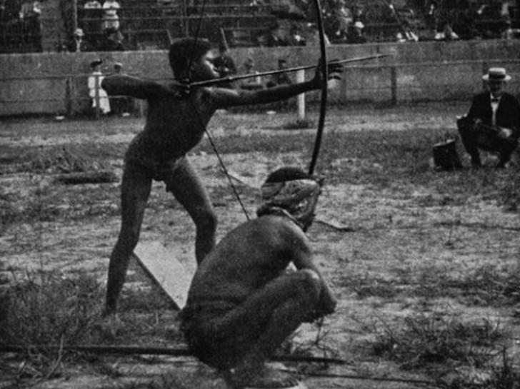 """Rdzenni mieszkańcy Afryki prezentowali podczas konkurencji łucznictwa podczas wydarzenia zwanego """"Savage Olympisc Exhibition"""" w 1904 roku w St Louis."""