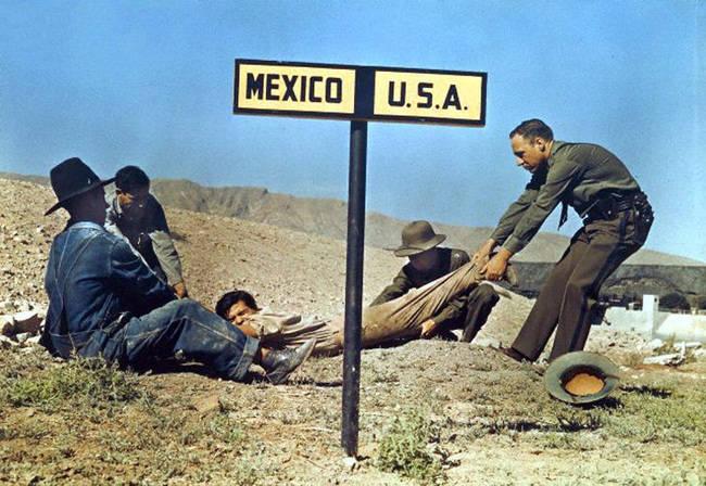 Imigrant przeciągany prze patron graniczny z powrotem do Meksyku.