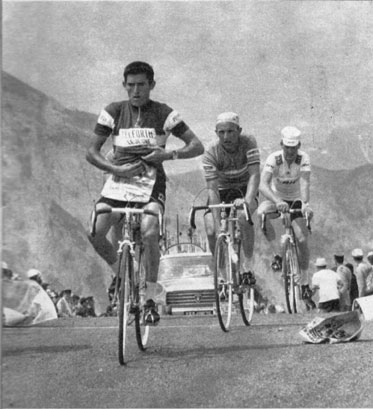 Stage 12: Bernard Guyot, Maurice Izier and Michael Wright go over the Aubisque. Źródło: http://bikeraceinfo.com