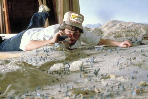 """Steven Spielberg planuje zdjęcia na makiecie przygotowanej do filmu """"Indiana Jones – poszukiwacze zaginionej arki""""."""