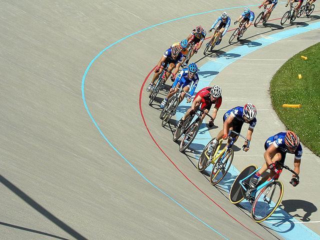 Wyścig kolarski na torze. Źródło: Wikipedia.pl