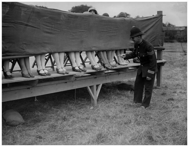 Policjant oceniający damskie nogi w konkursie na najładniejsze kostki, 1930.