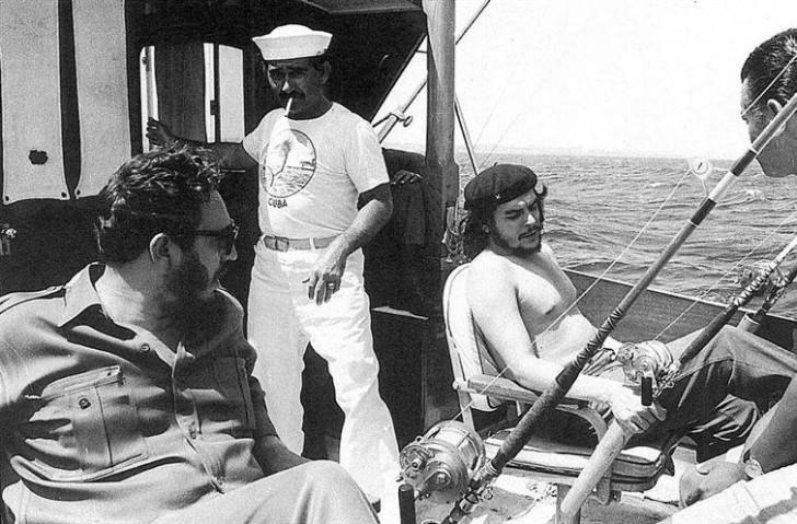 Fidel Castro i Che Guevara podczas wędkowania, 1960.