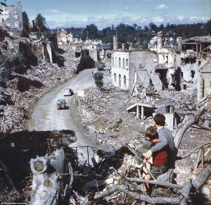 Dwóch chłopców we Francji w dniu rozpoczęcia alianckich nalotów na Normandię.