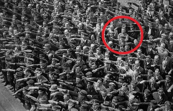Mężczyzna w tłumie, który nazistom nie salutuje, 1936.