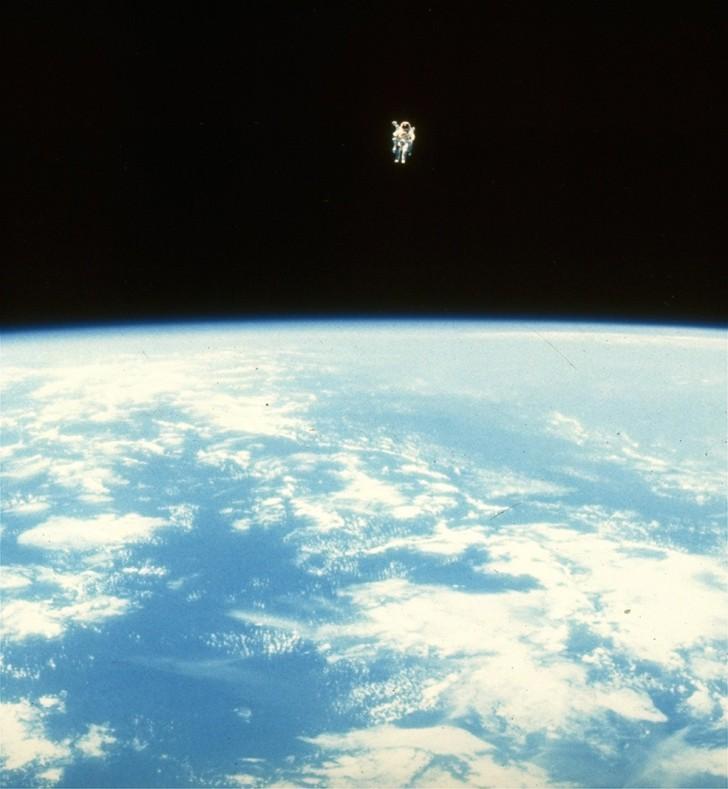 Bruce McCandless w przestrzeni kosmicznej w odległości około 300 metrów od promu Challenger, 9 lutego 1984 r.