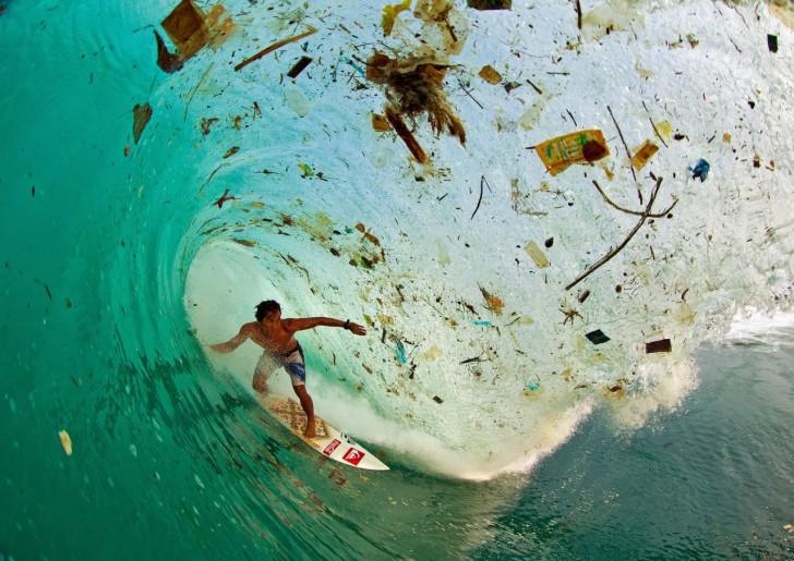 Surf na Jawie. Najgęściej zaludniona wyspa świata i jedno z najbardziej zanieczyszczonych wybrzeży. (fot. Zak Noyle