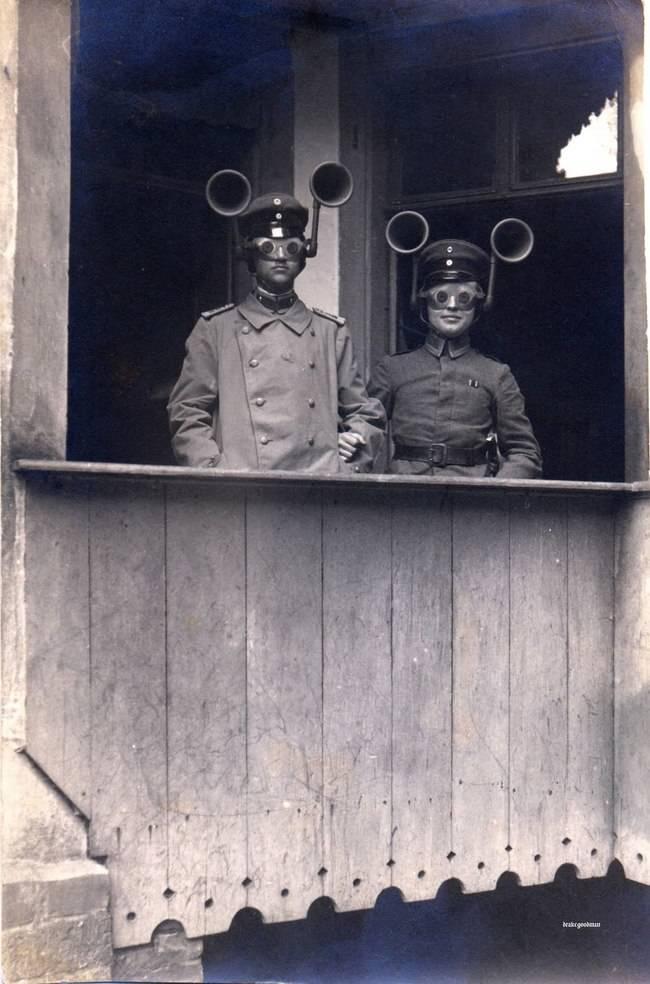I Wojna Światowa, żołnierze przy pomocy specjalnych głośników próbują odkryć kierunek przemieszczania się wrogich wojsk.