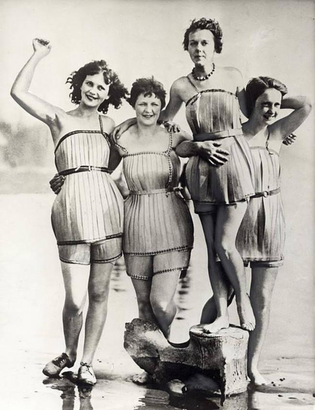 Kobiety ubrane w wykonane z drewna stroje kąpielowe, które miały zapewniać im lepsza pławność, 1929.