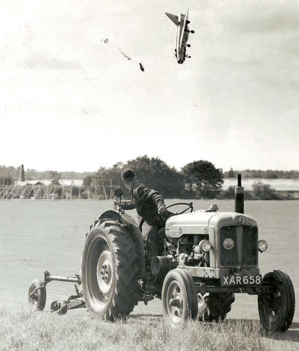 Pilot katapultujący się w samolotu po utracie kontroli nad jego sterami.