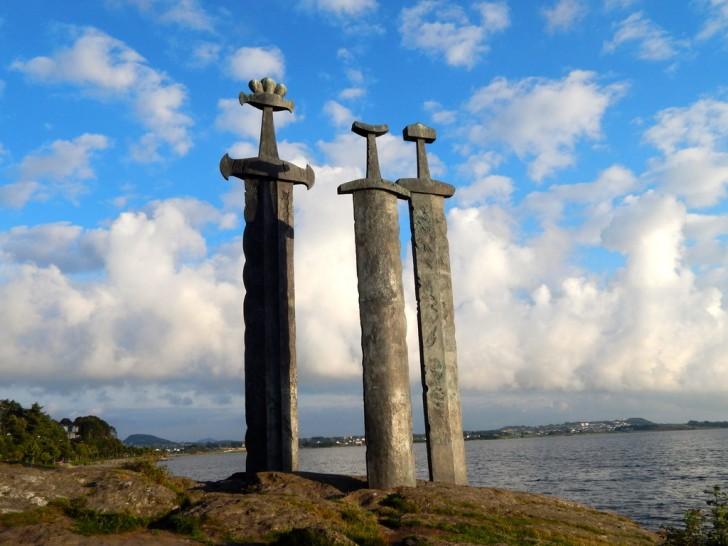 Sverd i fjell (Miecze w skale) – pomnik znajdujący się nad fjordem Hafrsfjord w norweskim Stavanger. Został wzniesiony w 1983 roku. Zaprojektował go norweski rzeźbiarz Fritz Røed. Upamiętnia on bitwę stoczoną w 872 r. w której Harald Pięknowłosy pokonał swych rywali i dokonał zjednoczenia Norwegii. Jeden z najważniejszych symboli Norwegii. (fot. A. C. Bartz)