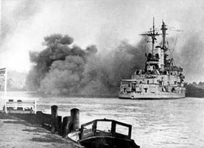 Niemiecki pancernik Schleswig-Holstein podczas ostrzału Gdyni, 1 września 1939