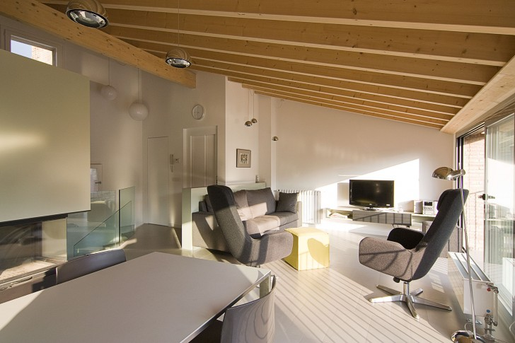 A-House-In-The-Roofs-Living-Room-With-Sunlight-Bright-728x485