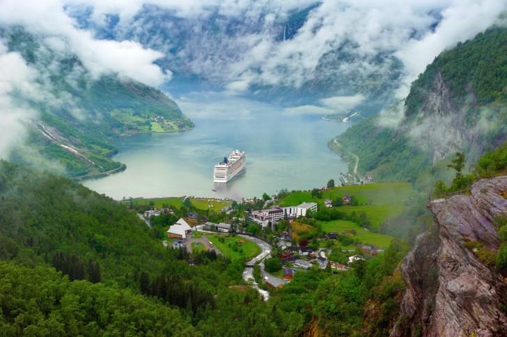 Geirangerfjorden - fiord w południowo-zachodniej Norwegii; na zdjęciu widać także prom kursujący pomiędzy dwoma wioskami na przeciwległych krańcach doliny