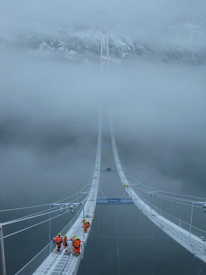 W trakcie konstrukcji systemu lin na których został później podwieszony most Hardanger (Norwegia; 1,310 m długości)