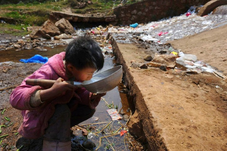 You Will Want To Recycle Everything After Seeing These Photos! - A Child Drinks Polluted Water From A Stream In Fuyuan County, Yunnan Province