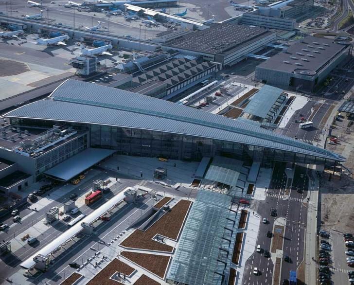 Terminal 3 należący do portu lotniczego Kopenhaga-Kastrup wygląda jak ogromny papierowy samolot