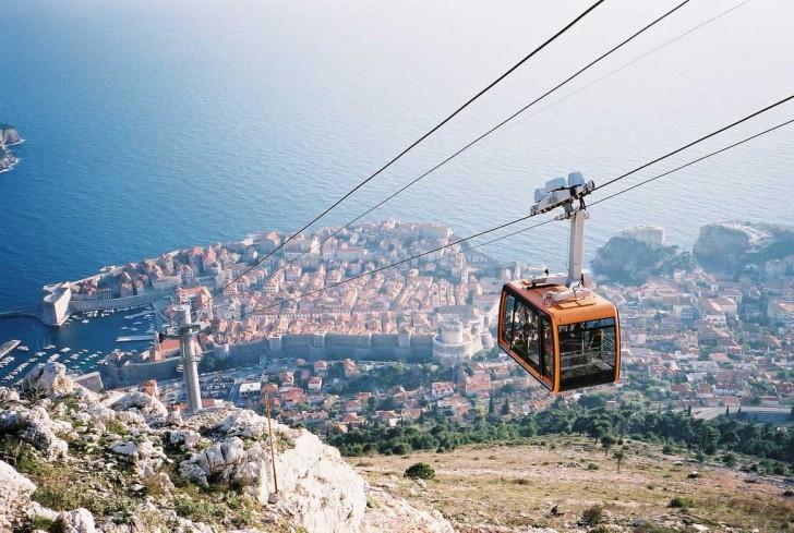Kolejka linowa biegnąca z góry Srd w kierunku Dubrownika (Chorwacja)
