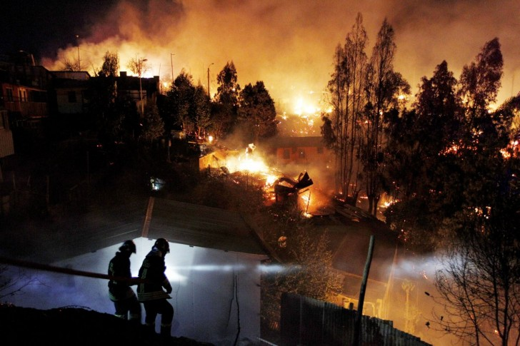 a-terrifying-forest-fire-tore-through-valparaiso-chile-in-april