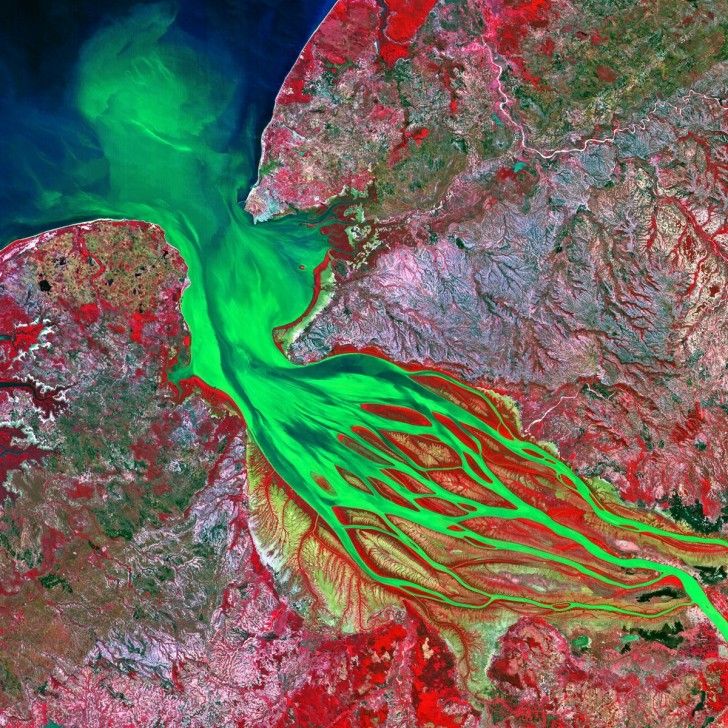environmentalist-and-aerial-photographer-yann-arthus-bertrand-has-collected-150-incredible-images-from-the-betsiboka-river-in-madagascar-emptying-into-bombetoka-bay-the-colors-come-from-inco