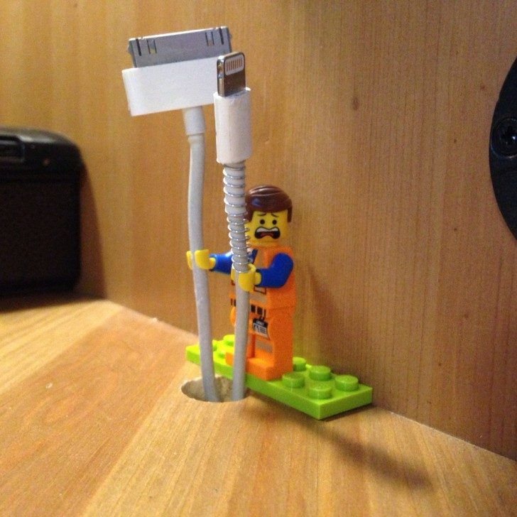 Czy wiecie, że rączki ludzików z Lego nadają się świetnie do trzymania kabli?