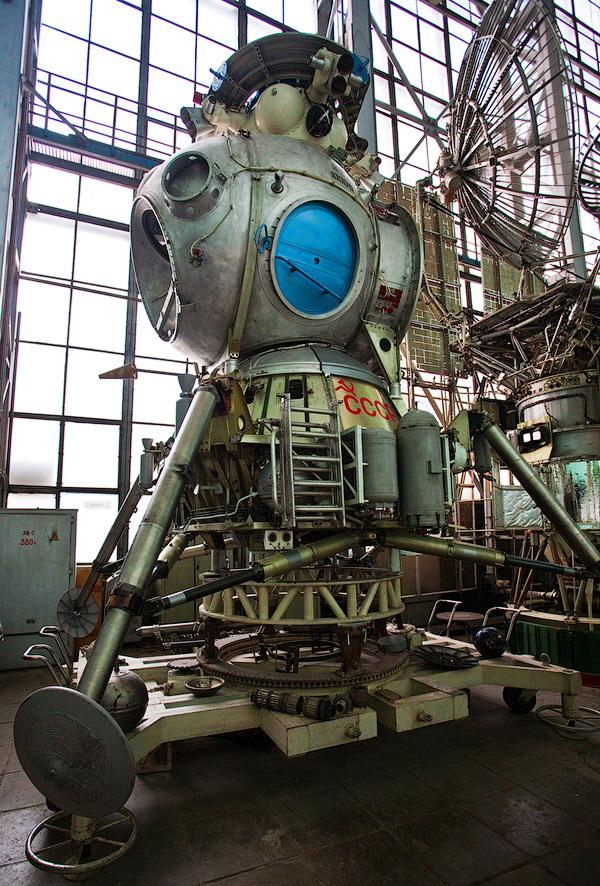 Łunnyj korabl (czyli księżycowy statek) - zapomniany jednoosobowy radziecki lądownik księżycowy, który odbył jedynie 3 loty testowe