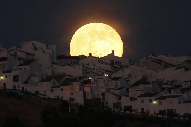 on-saturday-july-12-a-supermoon-rose-over-the-earth-here-it-is-over-olvera-spain