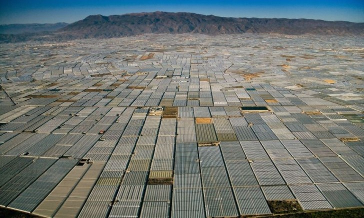 powerful-photos-of-overpopulation-and-overconsumption-93872-960x576