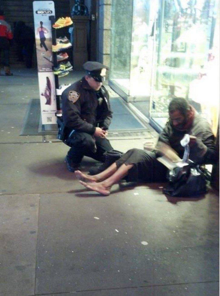 NYPD_poliisi_ja_koditon_new_yorkissa