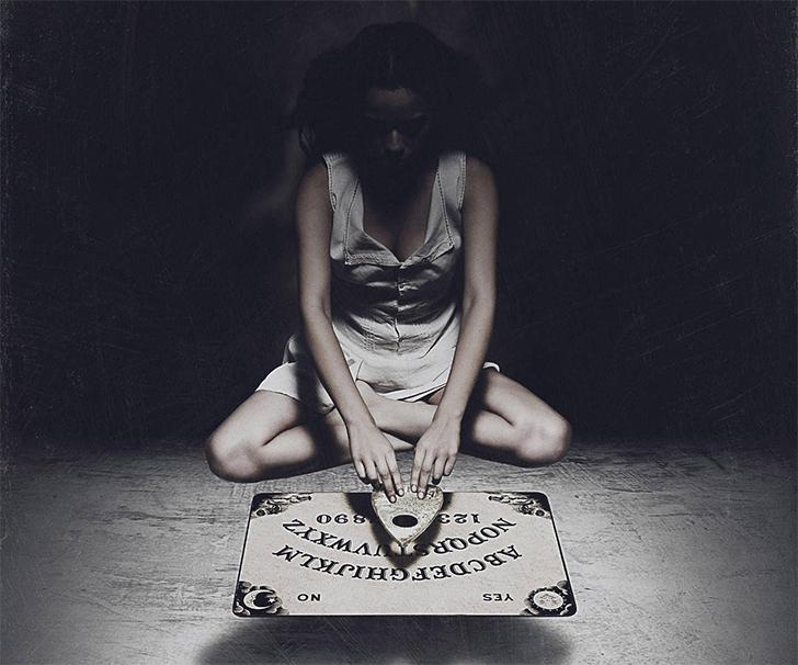 Jak naprawdę działa tablica Ouija? Czy poruszają nią duchy?