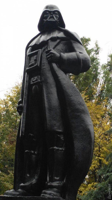 lenin-statue-turned-into-darth-vader-in-odessa-ukraine-31260