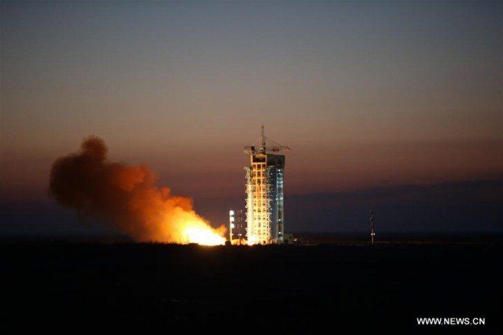 Wystrzelenie rakiety z satelitą na pokładzie z Jiuquan Satellite Launch Center w Jiuquan, na północnym zachodzie Chin w prowincji Gansu, 17 grudnia 2015 r.