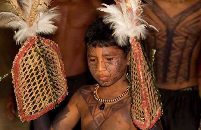 Meninos-indigenas-satere-mawe-Ritual-Tucandeira_ACRIMA20111125_0085_18